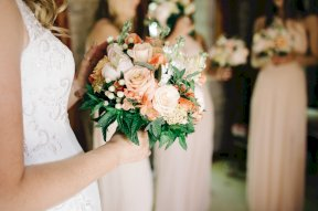 Peachy bouquet and bridesmaids Image by Liza Edgington Photography